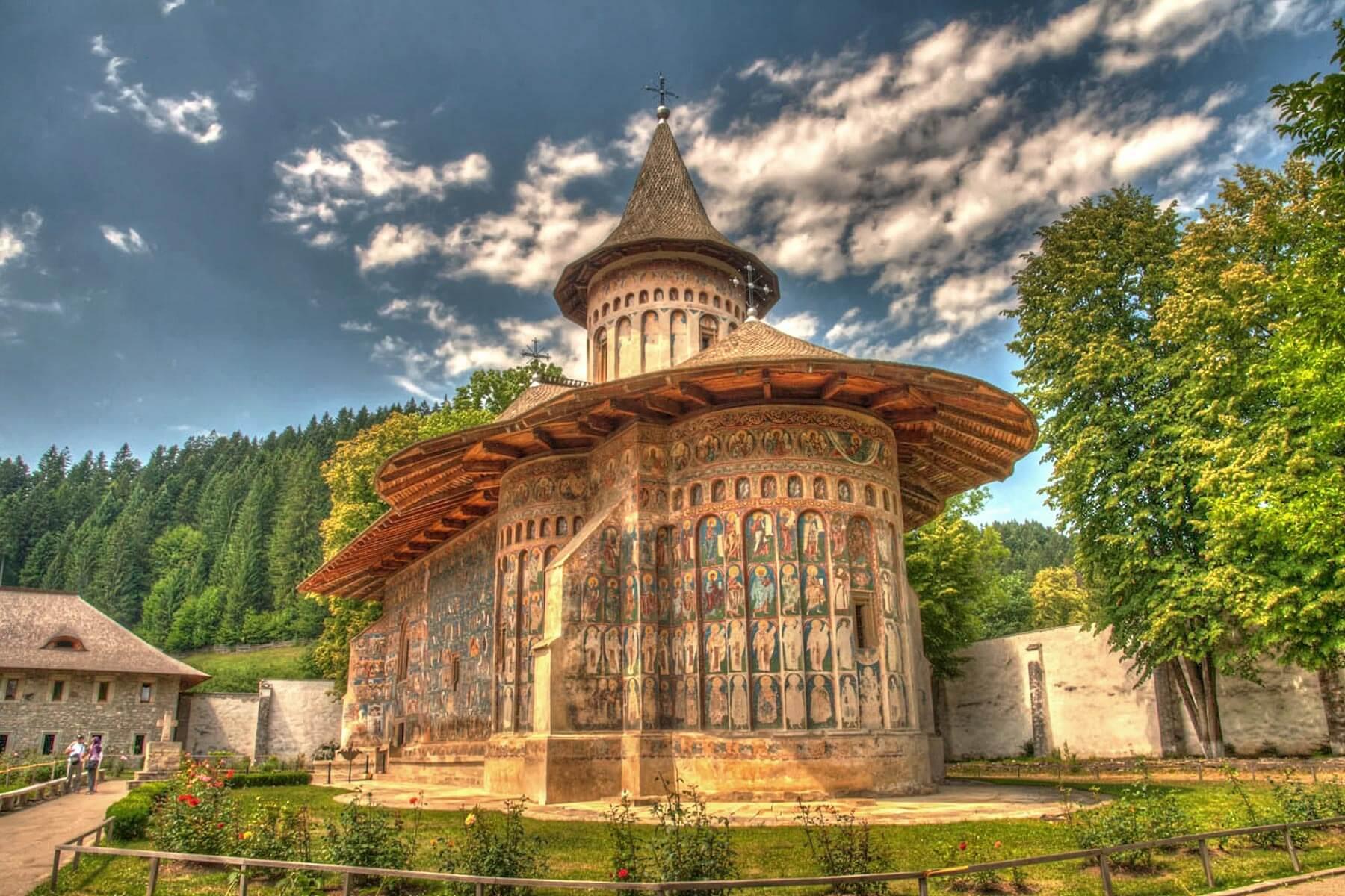 Tu viện Painted Monasteries đẹp như tranh vẽ